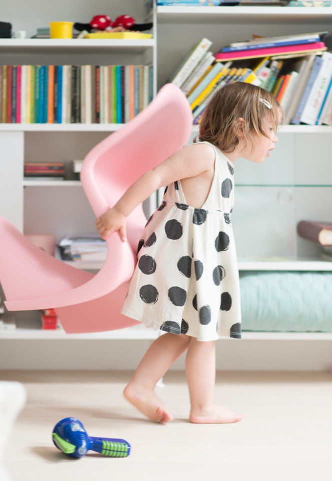 Panton Chair Junior de Verner Panton by Vitra cor de rosa with baby