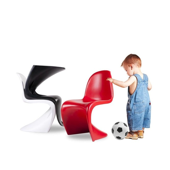 Baby with Panton Chair Junior da Vitra com bola de futebol